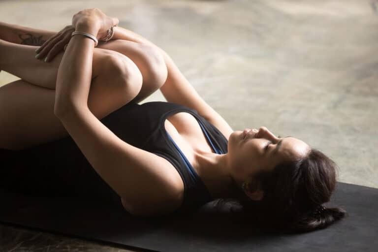 Knæ til brystet øvelsen hjælper med at strække lænden.