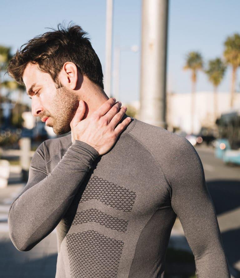 Nakkeøvelser og udstræk lindrer spændinger i nakken.