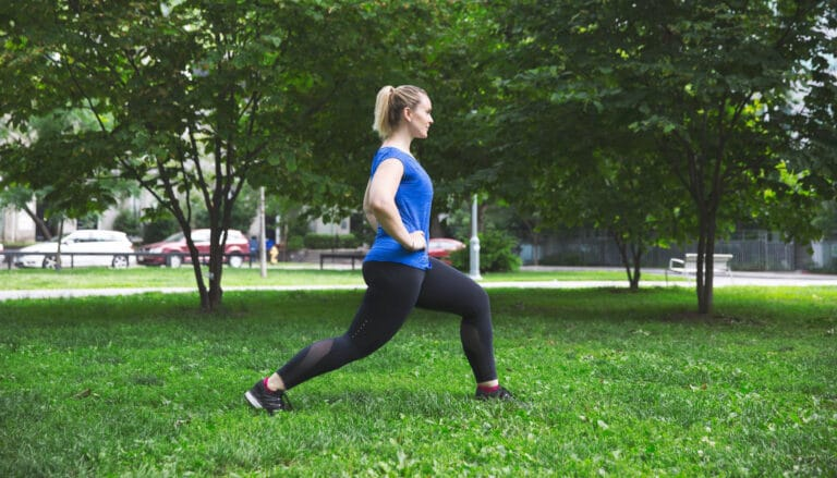 Stående hoftestræk strækker hoftemusklerne ud.