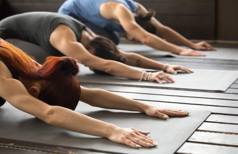Øvelser for skulder og nakke – Barnet yogaøvelse.