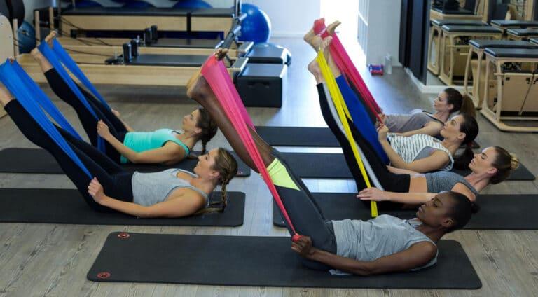 Øvelser for lænden med elastik – Liggende hoftestræk.