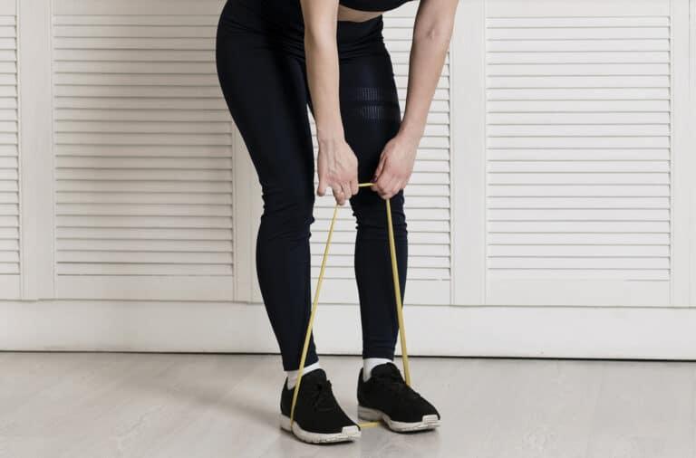 Skulder øvelser med elastik – Træk med begge hænder.