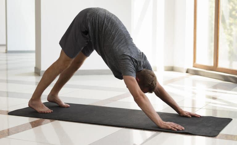 Øvelser skulder – Yogaøvelsen hunden stabiliserer skuldrene.