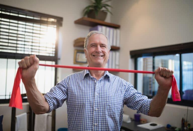 Øvelser for lænden med elastik giver stabilitet til ryggen.