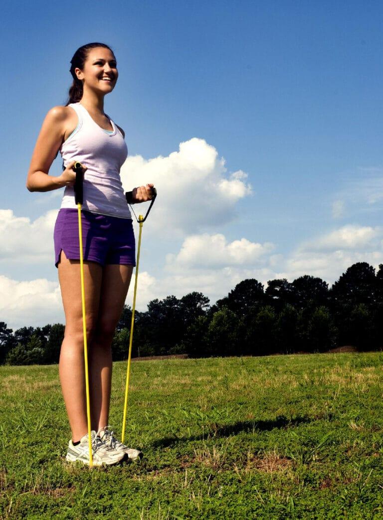 Skulder øvelser med elastik giver stærke og veltrænede skuldre.