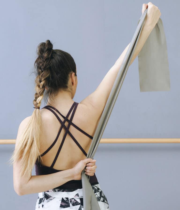 Rygøvelser med elastik gør en forskel for ryggen og lænden.