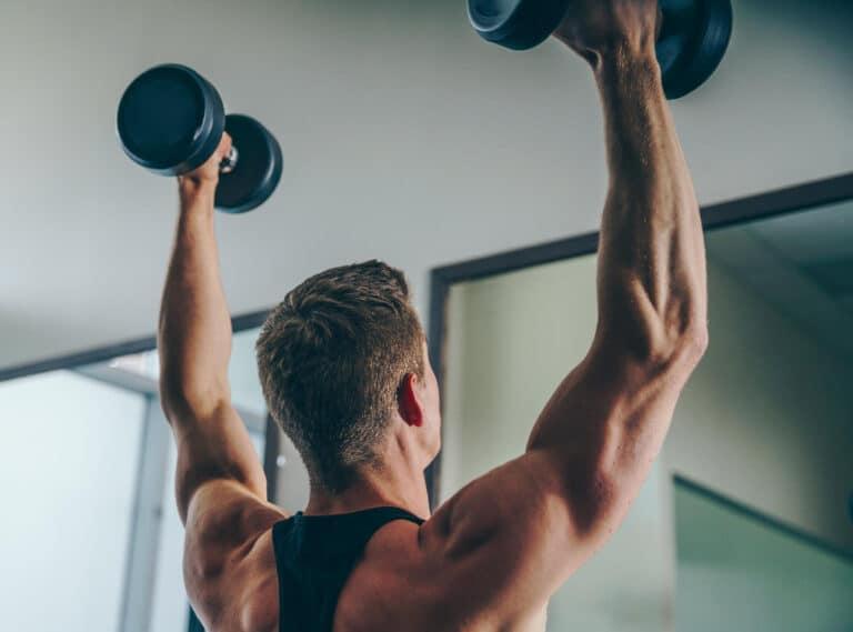 Gang med håndvægte styrker skuldrene.