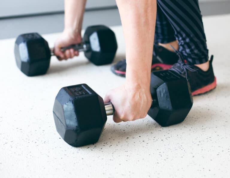 Med håndvægte kan du få trænet hele rygmuskulaturen.